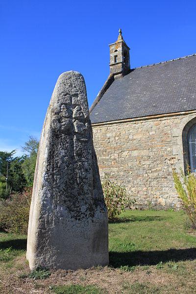Lec'h de Langonbrach, avec la chapelle de Saint-Mamert de Landaul en fond.