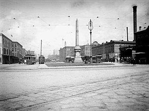 Battle of Liberty Place Monument - The monument in its original location on Canal Street, 1906