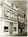 """Links Houttil 26, Café-Restaurant """"de Kaasbeurs"""" K. Kok. Rechts Houttil 24, du Jardin, J. Moerland. - RAA011001811 - RAA Elsinga.jpg"""