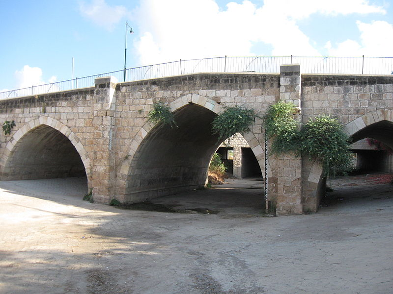 http://upload.wikimedia.org/wikipedia/commons/thumb/8/82/Mamluk_bridge%2C_Yavne006.jpg/800px-Mamluk_bridge%2C_Yavne006.jpg