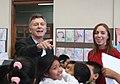 Mauricio Macri presenció una clase sobre cuidado ambiental en una escuela primaria de Nueva Pompeya (6863217674).jpg