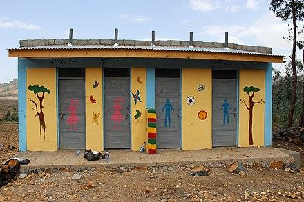 エチオピアのメイサイリ学校で生徒がトイレの建物を使用するように誘惑する