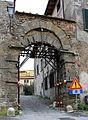 Montevettolini, porta nel borgo fortificato.JPG