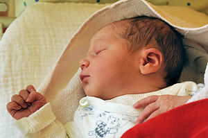 Newborn infant, 4 hours after birth Deutsch: N...