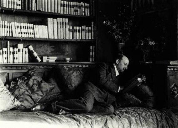 Nunes Vais, Mario (1856-1932) - Gabriele D'Annunzio sdraiato mentre legge