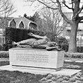 """Overzicht van het bronzen beeld """"Monument voor de Gevallenen"""", van Mari S. Andriessen, staat in het Verdipark - Naaldwijk - 20396082 - RCE.jpg"""