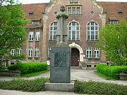 Jedyny na �wiecie pomnik Piasta Ko�odzieja, w g��bi budynek Starostwa Powiatowego
