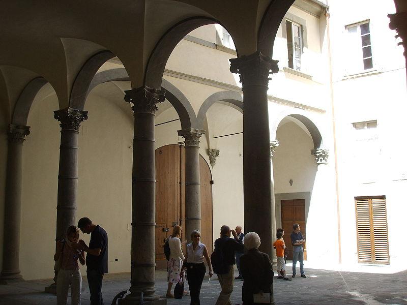 File:Palazzo rucellai, cortile 02.JPG