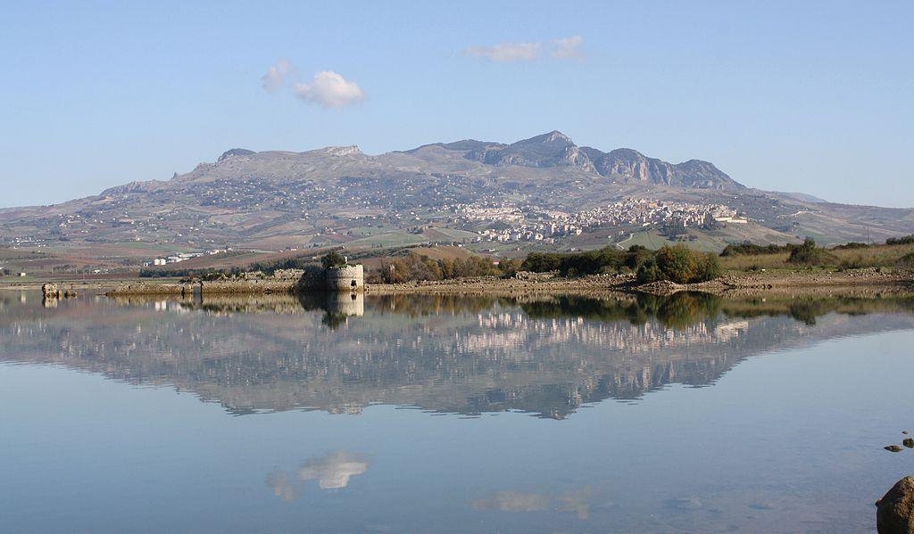 Panorama di Sambuca dal lago Arancio
