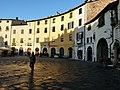 Piazza Anfiteatro Lucca.jpg