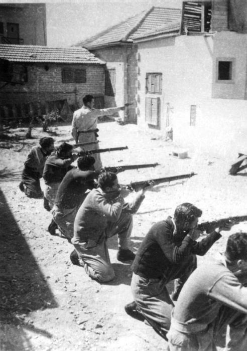 "PikiWiki Israel 1102 Israel Defense Forces לוחמי האצ""ל בשעת שיעור נשק"