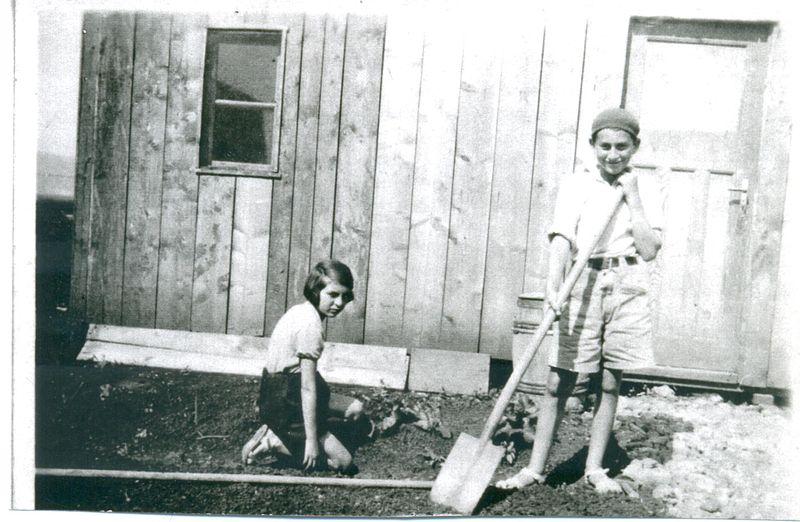 יעקב ומלכה אפל מכינים גינה בכפר אתא