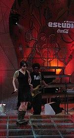 Pitty em sua apresentação com Negra Li no Estúdio Coca-Cola em 2007