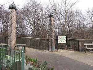 Ponderosa (Sheffield) - The entrance on Crookes Valley Road has pillars made from carved telegraph poles.