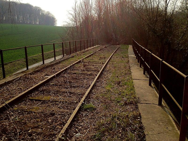 Un pont rail sur la ligne de Chauny à St Gobain à la sortie du village de Barisis.