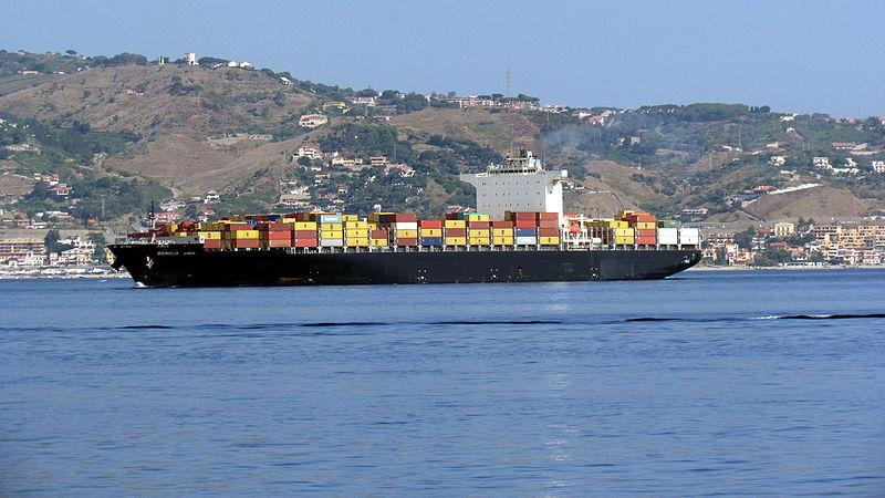 Portacontainer MSC in navigazione nello stretto di Messina.jpg