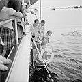 Prins Bernhard, prinses Beatrix en prinses Irene gaan vanaf het jacht zwemmen, Bestanddeelnr 255-7638.jpg