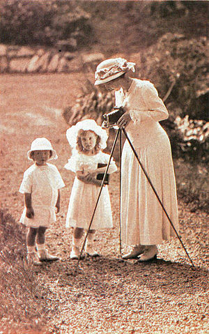 Princess Margaret of Connaught - Crown Princess Margaret as an amateur photographer in the 1910s with Prince Bertil and Princess Ingrid.