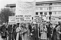 Pro-Vietnam demonstratie in Den Haag, studenten met borden op weg naar de ambass, Bestanddeelnr 920-2455.jpg
