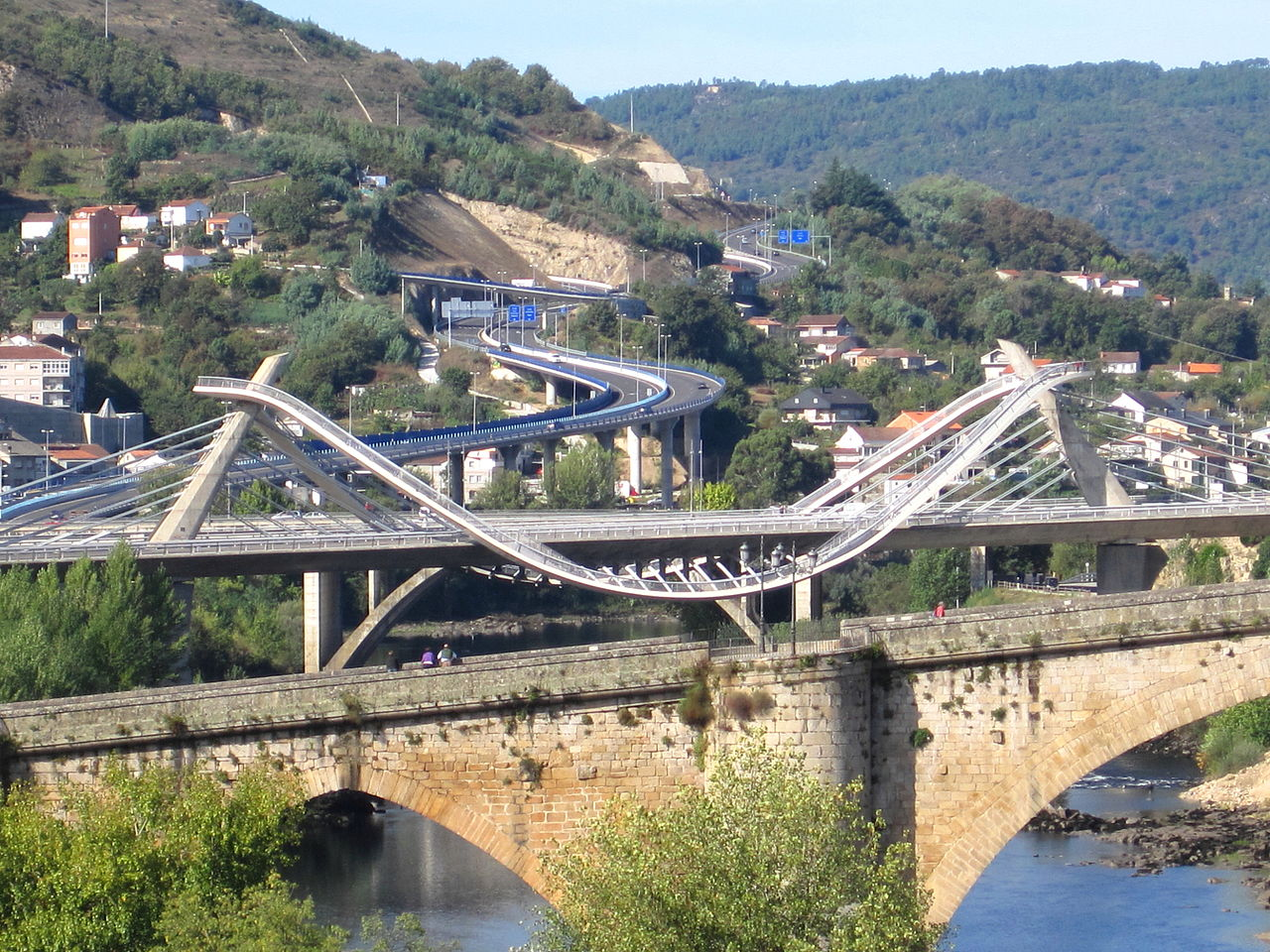 Ourense Spain  City new picture : ... :Puente Romano y Puente del Milenio. Ourense. Wikimedia Commons