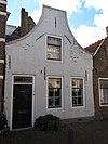 foto van Huis met geverfde ingezwenkte halsgevel