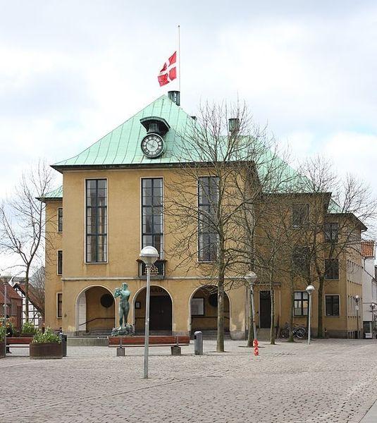 File:Rathaus von Sonderburg am 18. April 2014.JPG