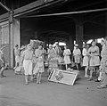 Repatrianten in de haven van Tandjong Priok Zij zullen aan boord gaan van het S, Bestanddeelnr 255-8423.jpg