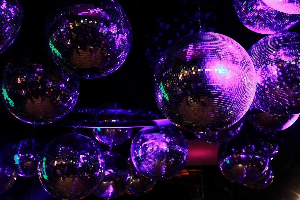 Rise Up! And Dance Premierenfeier Wien 01 Disko-Kugeln