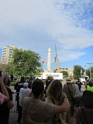 Robert E. Lee Monument (New Orleans, Louisiana) - Spectators watching the Lee statue lifted from its column