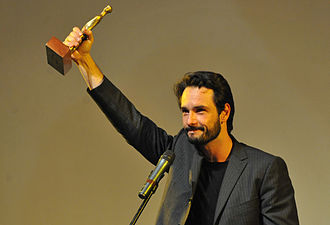 Rodrigo Santoro - Santoro holding the statue he won at the 44th Festival de Brasília for the movie Meu País, in 2011.