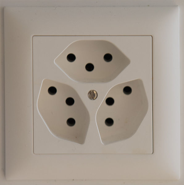 tomada de 3 entradas, superior, esquerda inferior e direita inferior, padrão suíço