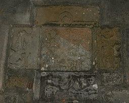 Escudo de la familia Junco en la entrada de la iglesia.