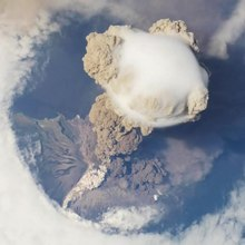 Soubor:Sarychev Peak eruption on 12 June 2009, oblique satellite view.ogv