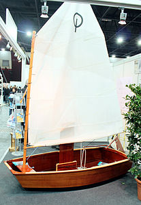 Segelboot Optimist Messe Bremen 2011 01 cropped.JPG