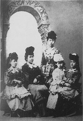 Nagai Shige (age 10), Ueda Tei (14), Yoshimasu Ryo (14), Tsuda Ume (6) and Yamakawa Sutematsu (11), in Chicago, their first time wearing Western clothes.