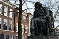 Spinozahuis and Spinoza's statue in The Hague.JPG