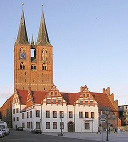 Stendal Rathaus 15 Jh Ensemble aus Gerichtslaube Gewandhaus und Corpsfügel vor Pfarrkirche St. Marien Foto Wolfgang Pehlemann DSCN2455