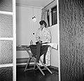 Studente strijkend in een ruimte in het studentenhuis, Bestanddeelnr 252-8932.jpg