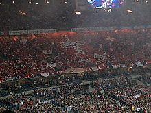 Photo d'une tribune dans laquelle les spectateurs ont formé un grand drapeau suisse