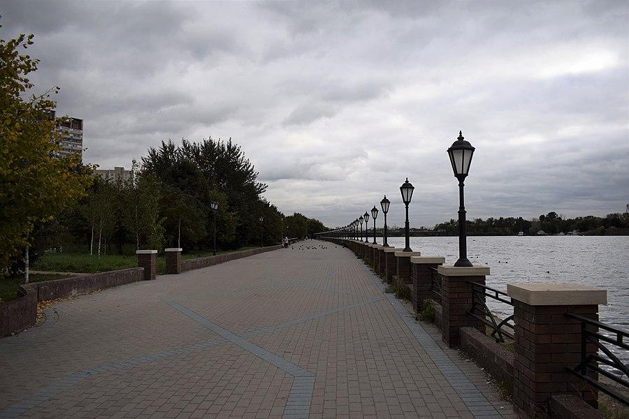 Стена красной площади фото вдоль набережной находятся