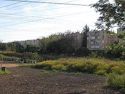 בתי השכונה מכיוון השטח החקלאי שממזרח לה