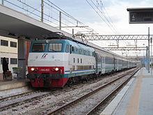 Locomotiva E.444R con al traino un treno intercity notte.