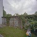 Tuinmuur achter de pastorie met glasvullingen - Vaals - 20331448 - RCE.jpg