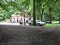 Valdštejn, občerstvení a rozcestník před hradem.jpg