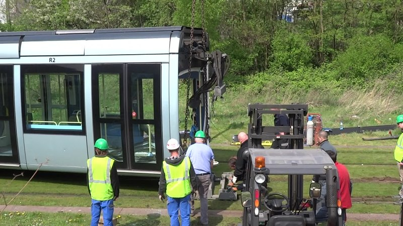 File:Valenciennes & Anzin - Déraillement de la rame de tramway n° 17 à la sortie du dépôt de Saint-Waast le 11 avril 2014 (039A).ogv