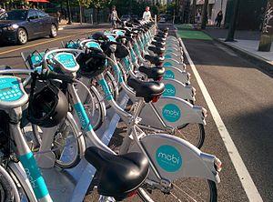 Zdieľanie bicyklov vo Vancouveri Mobi neďaleko štadióna BC Place v centre Vancouveru.jpg