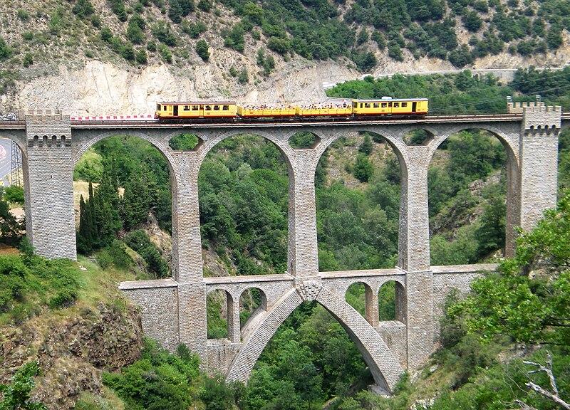 File:Viaduc sejourne , train jaune, fontpedrouse.jpg