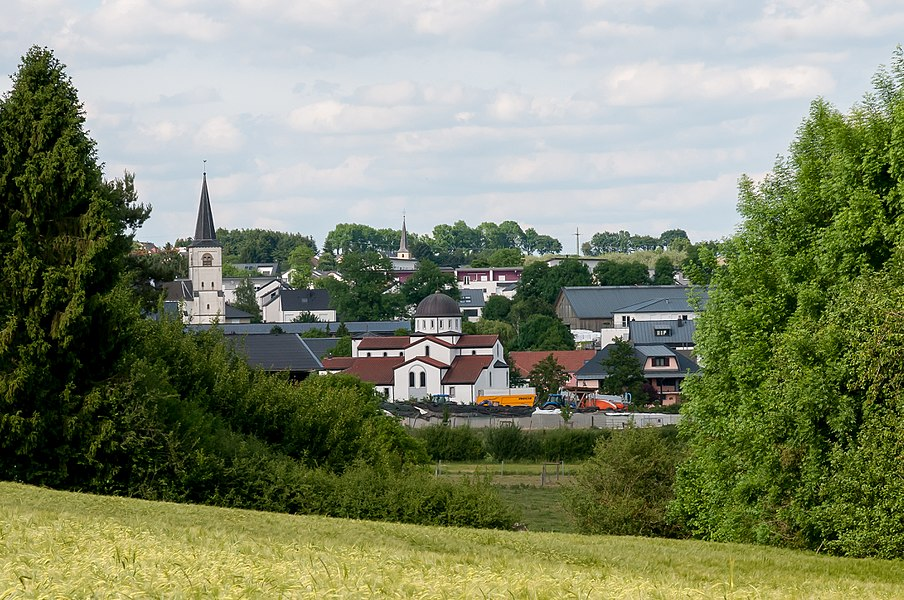 Vue op Weiler-zum-Tuerm. Am Hannergrond gesäit een d'Kierch zu Haassel.