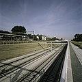 Zicht in de open tunnelbak van het aquaduct, het voormalige NS Station op de achtergrond. - Abcoude - 20396315 - RCE.jpg
