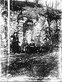 Znamenje sv. Antona in skupina izletnikov na Šmarno goro.jpg